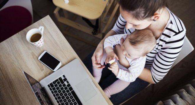 Quanto costa alle donne la maternità? Nel lungo periodo le madri perdono il 53% dello stipendio